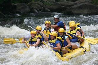 Rafting Gruppe im Fluß
