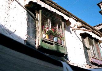 typische tibetische Erker-Fenster aus Holz