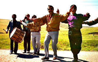 tanzende Kurden auf dem Heimweg zu ihrem Dorf