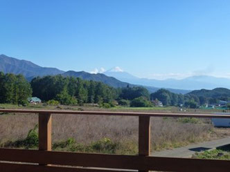 2階デッキより富士山を眺める