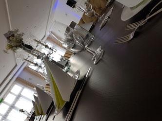 Ein schön gedeckter Tisch läd zum Essen ein