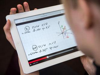 Bei «Inverted Classrooms» schauen sich Studenten Grundlagenvorlesungen im Netz. Im Seminar wenden sie das Gelernte in praktischen Übungen an. Foto: Andrea Warnecke