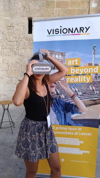 Benedetta, una delle creatrici di Visionary, ci mostra come indossare il visore. Si, perché noi siamo degli imbranati e ce lo devono spiegare XD