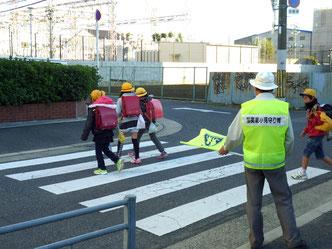 横断歩道を見守るメンバー