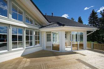 Panoramafenster im Blockhaus - © Blockhaus-Experten
