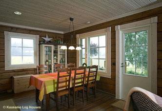 Holzhaus in Blockbauweise - Essecke im Zweitwohnsitz - Familienvilla - Blockhaus - Nachhaltiges Wohnblockhaus bauen