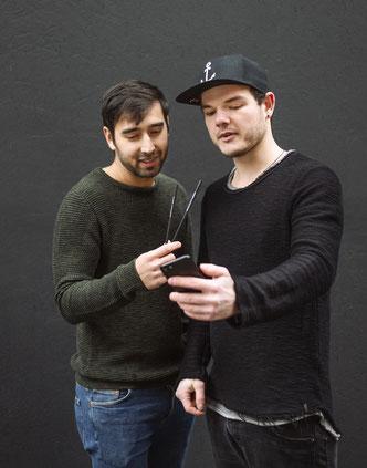 Kevin & Daniel besprechen die Strategie für ihre plastikfreien Strohhalme