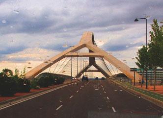 moderne Brücke zum Expo-Gelände