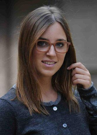 Frau mit Wacholder-Brille