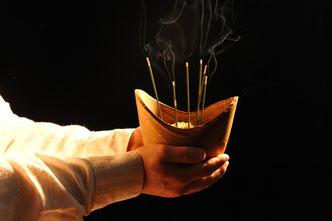 Im Bild: Naturrand-Schale aus Essigbaum, gefüllt mit Sand als Stäbchen-Gefäß zum  Räuchern. Weitere Deko im japnischen Stil im Onlineshop.
