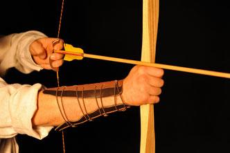 Im Bild: Pyramidial Bogen aus Esche mit Zedern Pfeil. Weitere Pfeile und Bögen aus Naturmaterialien im Shop.