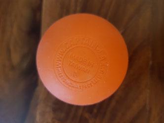 Ein relativ harter Gummiball - wie ein Lacrosse-Ball - bietet sich sehr gut als Massageball an. Ein Tennisball wäre allgemein zu weich.