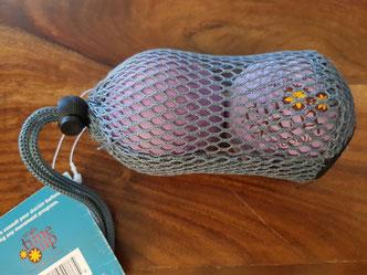 Solche Doppelbälle im Netz wie von Yoga Tune-Up Balls - eignen sich besonders gut, um beide Wadenköpfe eines Beines gleichzeitig auszurollen.