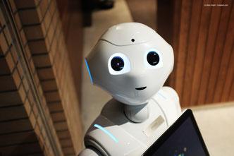 Ein menschlich wirkender Roboter kann nur aufgrund seiner Programmierung und der riesigen Datenmenge, die veranbeitet wird, die Illusion schaffen, menschlich zu sein.