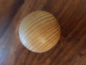 Ein Massageball aus Holz ist die natürlichste Ausführung.