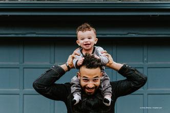 Der Vater erklärt dem Kind die Welt.