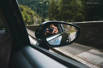 In der Software für autonomes Fahren müssen viele Situationen bedacht werden. Auch ethische Aspekte zählen hier. KI kann die verschiedensten Situationen durchspielen und sogar aus Fehlern lernen, wenn die Software gründlich durchdacht und geplant wurde.