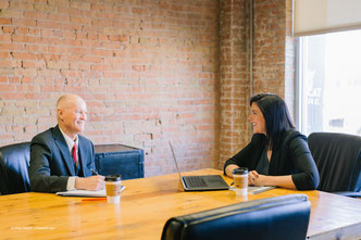 Führungskräfte sollten sich bei Bedarf Rat von einem Psychologen holen und ihre Führungsmethoden besprechen, um wissenschaftlich auf dem neusten Stand zu bleiben.