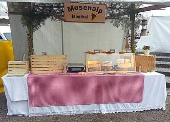 Marktstand mit Alpkäse und Würsten am Ostermarkt Bremgarten.