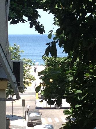 Blick vom hinteren Schlafzimmerfenster - den Blick zum Strand gibt es von alle drei Fenster.