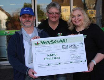 Heiko Hauter (NABU Pirmasens), Vera Thoretz und Kerstin Pieper (Wasgau Frischemark Winzeln).