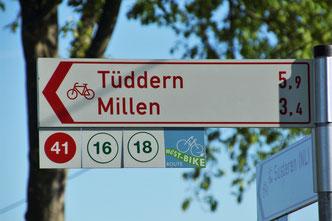 """Hinweisschilder mit Knotenpunkt- & """"West-Bike"""" - Täfelchen"""