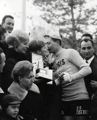 Foto courtesy: archivio TLS, Marino VIgna riceve dalla moglie del Sindaco di Laigueglia Dott.Giuliano il premio Bastione d'oro dedicato al vincitore del Trofeo Laigueglia.