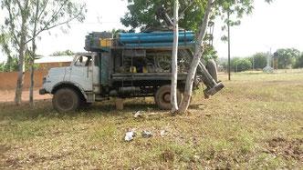 01/11/2015- Les camions de Geopresta visent à rejoindre le site du forage du puits
