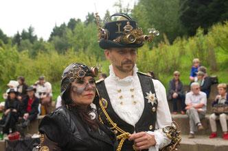 Die Steampunker entführen die Besucher des LWL-Freilichtmuseums Hagen in eine Zeit, die es so nie gegeben hat. Foto: LWL