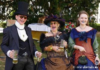 Spaß beim Viktorian Village: Jedes Jahr treffen sich Fans dunkler musikalischer Alternativen in Leipzig, um gemeinsam zu feiern.