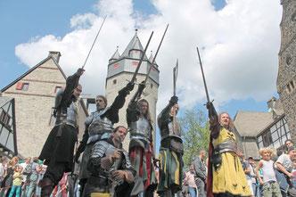 Ritter auf der Burg Altena, die kämpferisch aussehen.