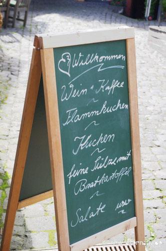 Bild einer Tafel mit gastronomischen Angeboten an der Mosel.