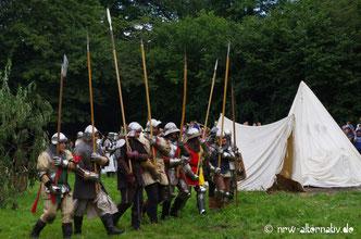 Kämpfer und Zelte auf einem Ritterfest.