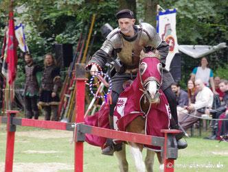 Bild von einem Ritter zu Pferde auf einem Turnier.
