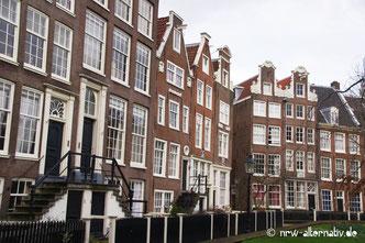 Malerisches Amsterdam: Die alten Häuser des Begijnhofs mitten im trubeligen Zentrums.