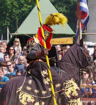 Bild eines Ritters hoch zu Ross auf einem Mittelalterfest.