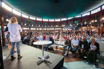 Typ auf einer Bühne vor Publikum in Frankfurt auf der Messe