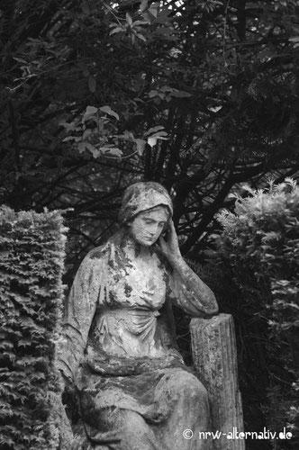 Grabstein: Trauernde Frau Köln Melaten