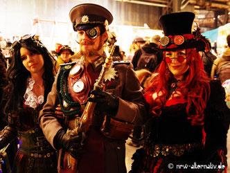 Drei Besucher des 5. Steampunk-Jahrmarktes in Bochum