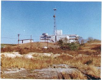 開局当時のHTB社屋と平岸高台地区(提供:HTB)
