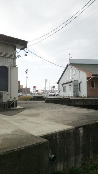 石川県小松市 NEWVANコンテナ20ftアイボリー設置