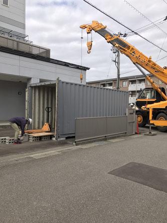 石川県金沢市 中古コンテナ20ftドア付・グレー塗装納品