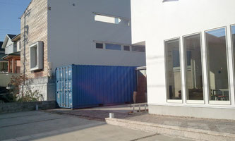 愛知県 建築設計業様に20ftコンテナ NEWVANを 事務所の脇に倉庫として納品。