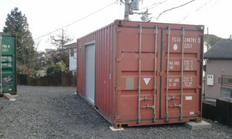 滋賀県大津市 備品庫として中古コンテナ20ft シャッター付を車庫 収納 倉庫として納品。