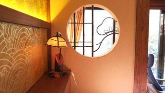 ベッド脇に飾り窓を設け、手作り竹細工で作られた松の絵柄と紙あかりを入れて雰囲気がとってもよくなりました。