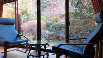 部屋から眺める庭園には季節の花が咲き、座り心地よりリクライニングチェアでのんびりゆったりしてください。