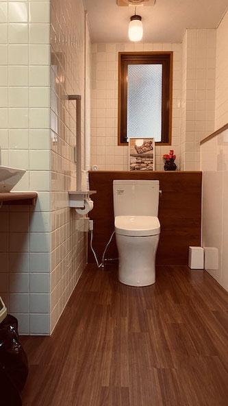 中は広く車椅子での利用も可能です。自動消毒洗浄便座