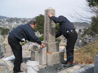 お墓を綺麗にお掃除します