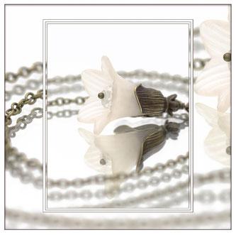 Clarina ° The Moon Flower° Leuchtende Blüten Kette Märchenhafte Handgemachte Blütenkette mit einer kleinen versteckten Leuchtperle.     * Designed and Manufactured by Elfgard® Germany