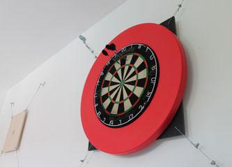 Dartboard auf schalldämpfender Aufhängung an der Wand